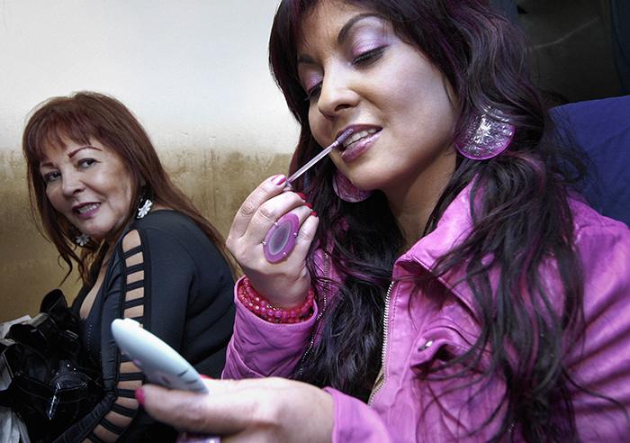 Lipgloss bijwerken tijdens de vrouwenkaravaan in las Medulas