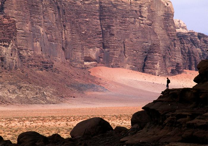 Wadi Rum lopen en klimmen in de woestijn van Jordanië