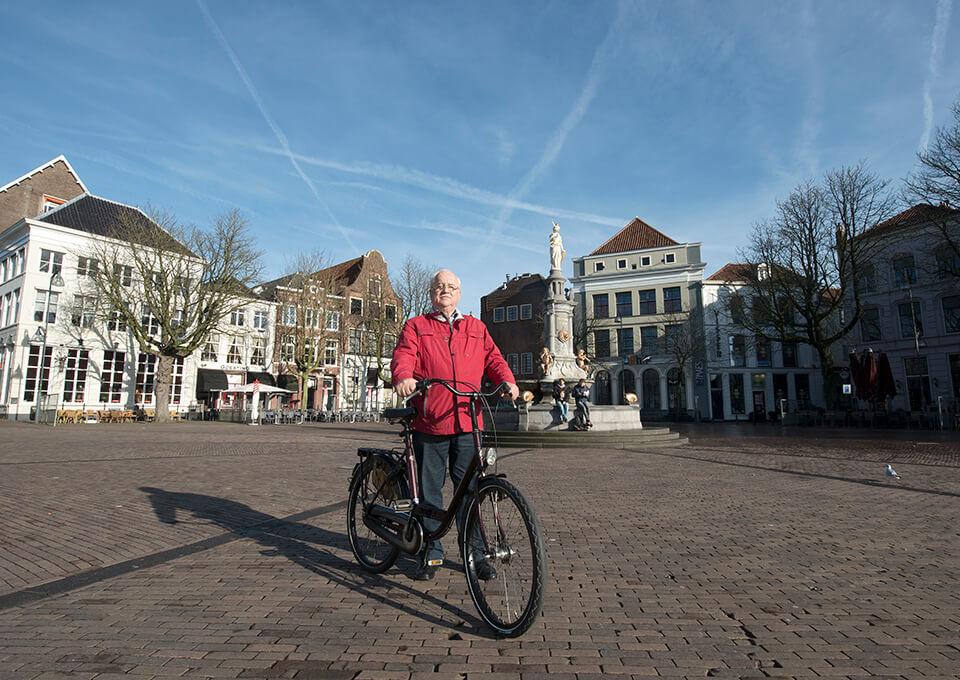 Günther Kropp is de vandaag de dag de stadsomroeper van Deventer. Hier op de Brink