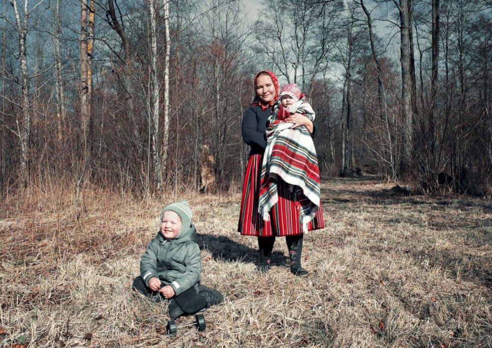 Maria met haar kinderen op Kihnu Estland